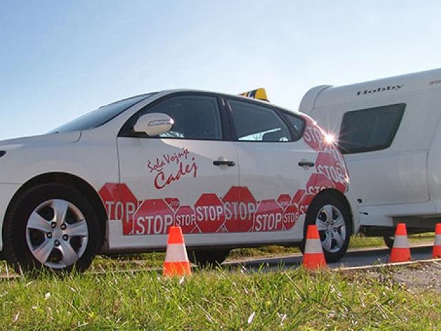 Ali pri prevozu prikolice kršite zakon, ker nimate ustreznega vozniškega dovoljenja?