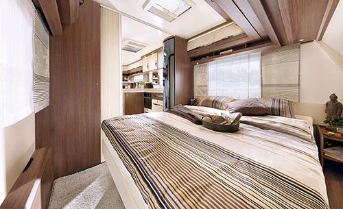 Prečna zakonska postelja v sprednjem delu prikolice