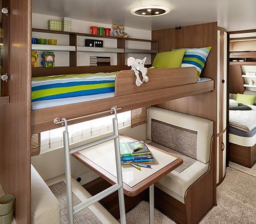 Zložljiva otroška postelja nad osrednjo sedežno garnituro