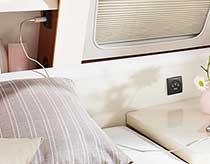 Osrednje stikalo za luči in električna vtičnica v spalnem delu