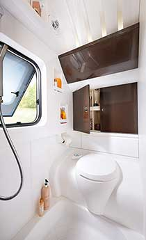 Prostorno stranišče v sprednjem delu prikolice