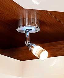 Bralna lučka z ambientalno osvetlitvijo