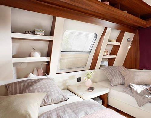 Elegantno oblikovano sprednje okno s praktičnimi detajli