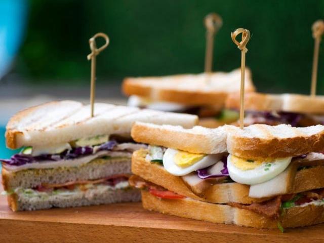 Recept: Klubski sendvič z dimljenimi piščančjimi prsmi